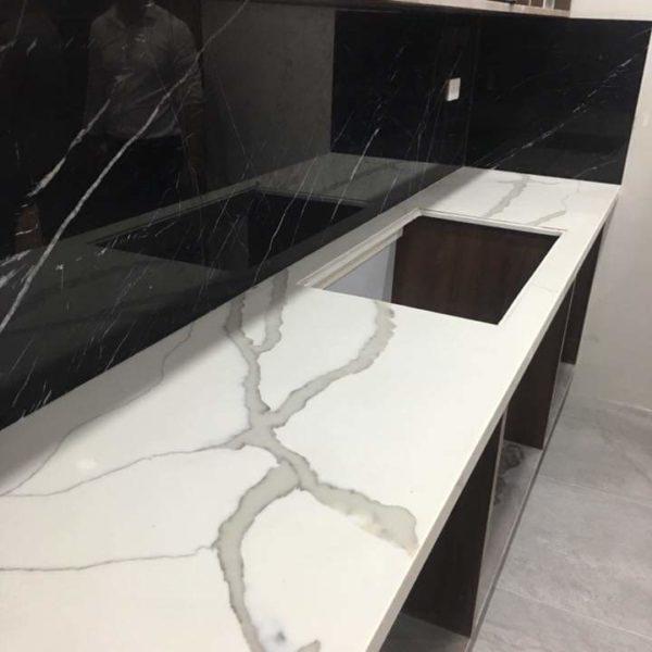 đá ốp bếp màu trắng
