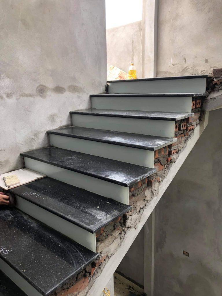 đá ốp cầu thang màu đen