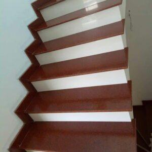 đá ốp cầu thang màu đỏ