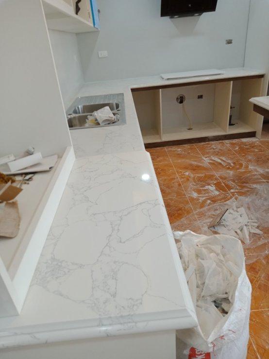 đá ốp bếp trắng ý tự nhiên