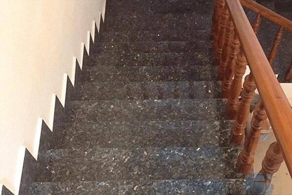 cầu thang ốp đá xám xà cừ