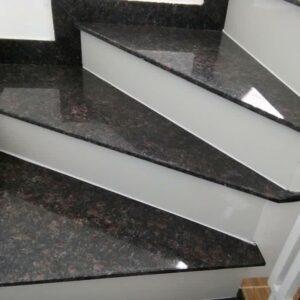 đá granite nâu anh quốc ốp cầu thang