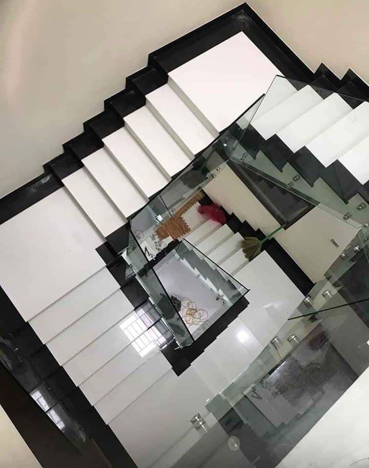 đá trắng sứ ốp cầu thang đẹp