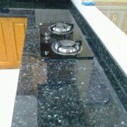 ốp bàn bếp bằng đá đen xà cừ